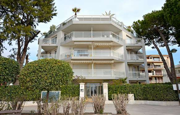Sea view roof top apartment in front of the beach in Saint Laurent du Var