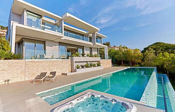 Modern luxurious villa with panoramic sea view in Super Cannes